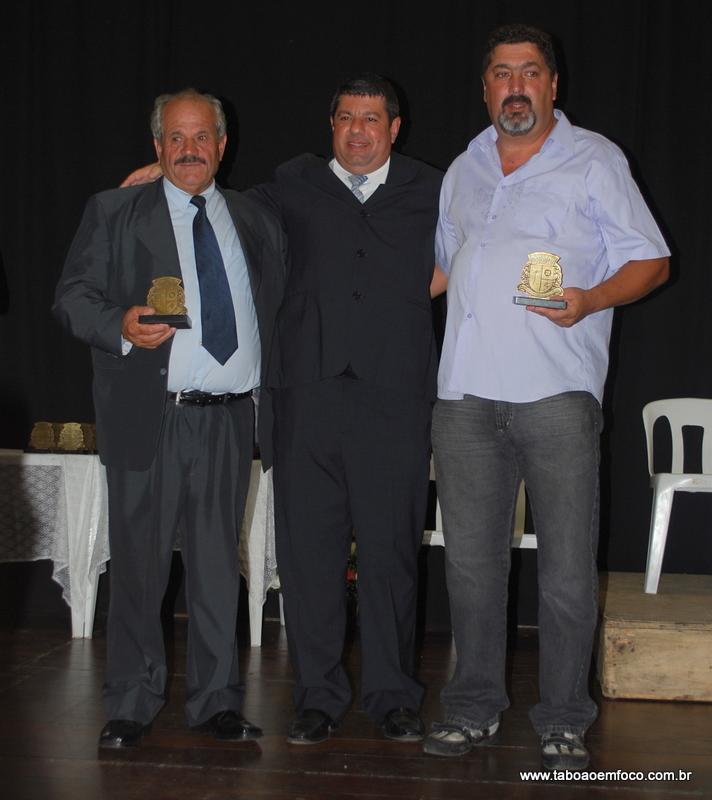 Ao centro, Carlos Andrade homenageia Hassan Ali Zoghbi (esq.) e José Antônio Coelho de Mello