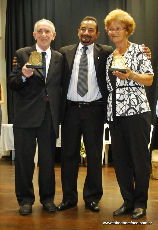 Ao centro, Cido homenageia NatalinoTedesco e Jacira Andrade Costa