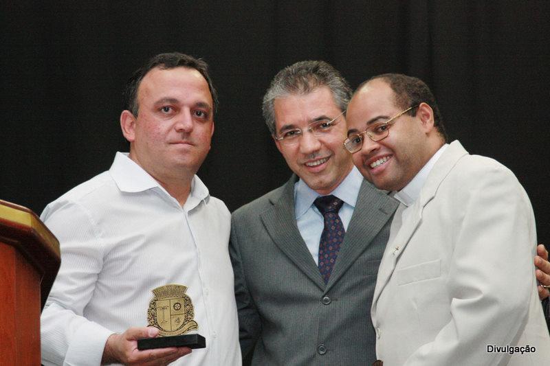 Alexandre Depieri (centro) homenageia Nilson de Almeida Oliveira (esq.) e Padre César Silva Rossi