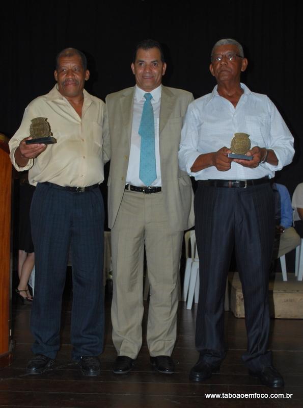 Eloi (centro) homenageia Francisco Carlos Alves dos Santos (esq.) e Antenor José dos Santos