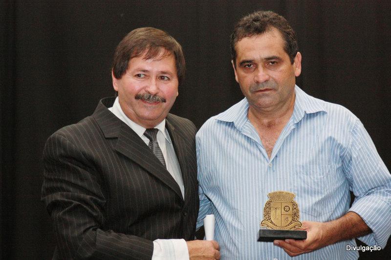 Natal (esq.) entrega homenagem a Edinaldo Costa Oliveira