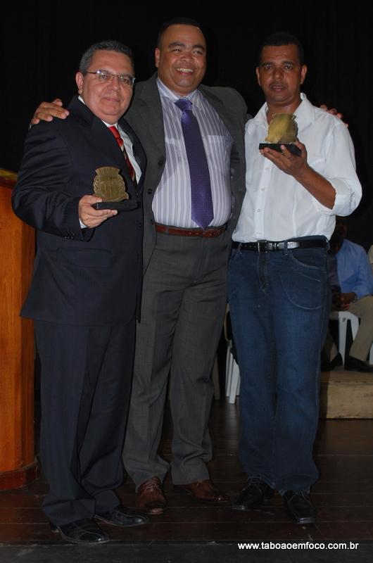 Ao centro, Valdevan Noventa homenageia Dr. Maurício André (esq.) e Antônio Carlos Batista
