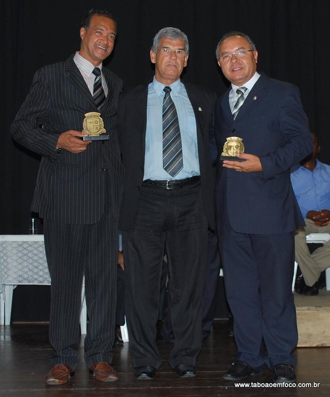 Ao centro, Walter Paulo homenageia os pastores Lélis Washigton Marinhos e Romildo Cardoso Melo