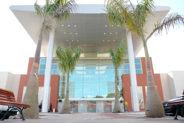 Fachada do Shopping Taboão, que até hoje não construiu a alça sentido Embu.