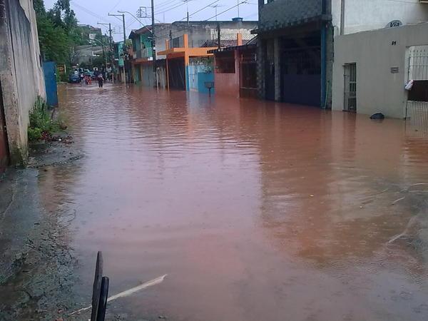 A forte chuva que caiu na tarde desta sexta-feira, dia 14, alagou alguns bairros de Taboão da Serra. Na foto, enviada por Aline Lima, moradora de Taboão da Serra, a Rua Maria Olegaria Barbosa Lima, pró
