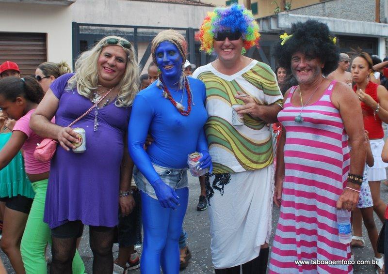 Homens se fantasiam de mulher durante desfile da Banda Espera Marido. (Foto: Allan dos Reis / 2011)