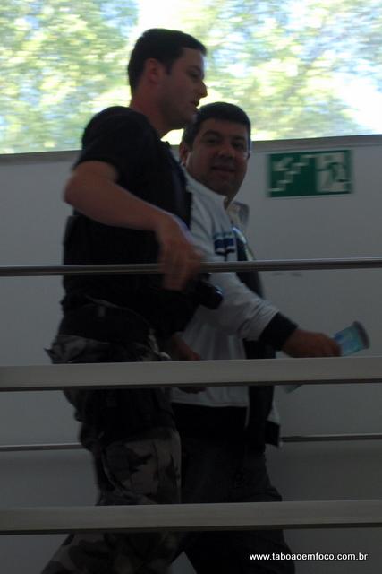 Policial acompanha vereador Carlos Andrade na Seccional de Taboão da Serra