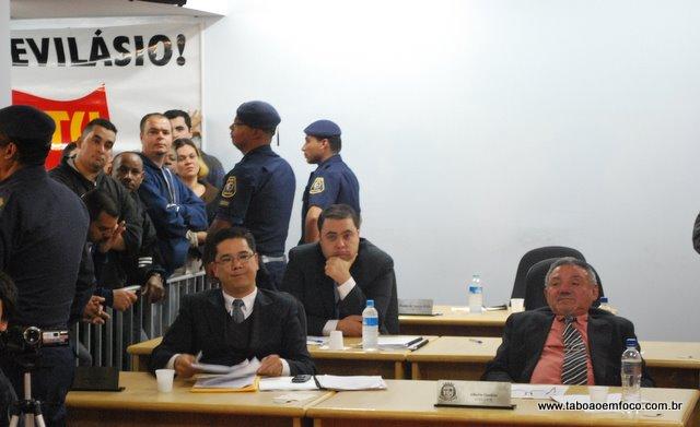Apreensão entre os suplentes Ronaldo Onishi, Alberto Queiróz e Tales Franco (ao fundo)