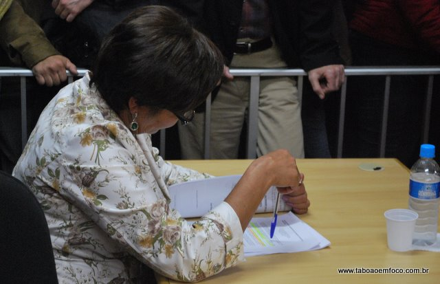 Apreensiva, a vereadora Fausta analisa documentos