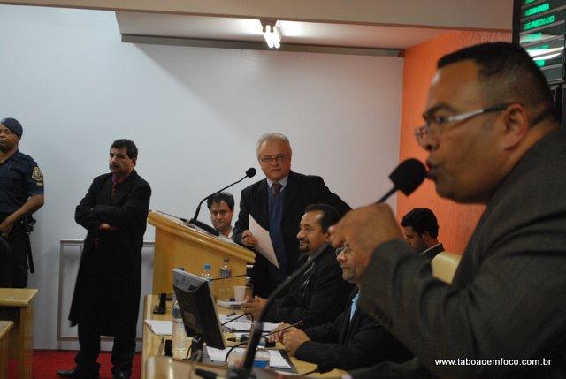 Vereador Noventa é observados pelos vereadores Olívio e Paulo Félix
