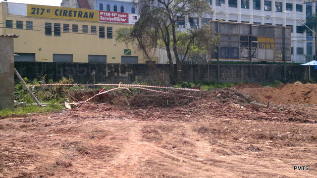 Segundo a prefeitura, entupimento de bueiro foi causado por obras neste terreno. (Foto: Divulgação / PMTS)