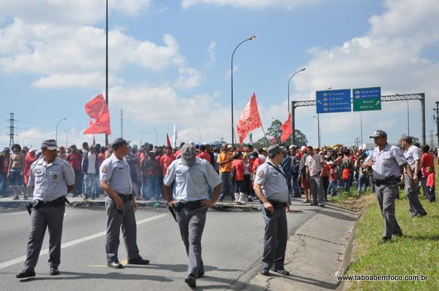 MTST bloqueia Rodovia Régis Bittencourt na região de Embu das Artes.