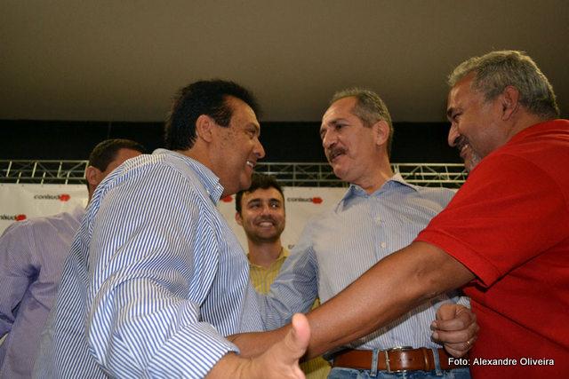 Prefeito de Taboão, Fernando Fernandes, o ex-ministro dos Esportes, Aldo Rebelo e o presidente do PC do B em Taboão, Toninho, que entrou com um pedido de impeachment. (Foto: Arquivo)