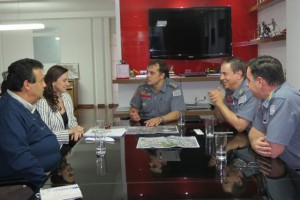 Fernando e Analice em reunião com representantes do Corpo de Bombeiros. (Foto: Divulgação)