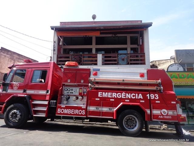 Corpo de Bombeiros controle fogo em pizzaria no Jardim Roberto. (Foto: Williana Lascaleia)