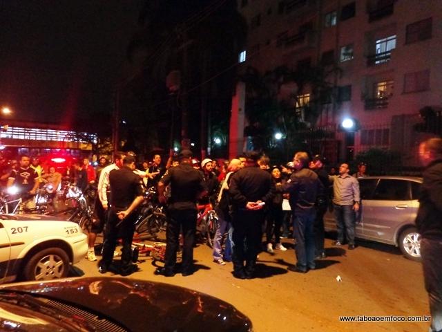 GCM impede que ciclistas manifestem em frente a casa do prefeito de Taboão da Serra