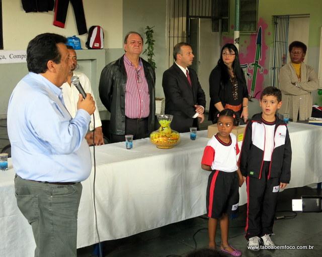Prefeito Fernando Fernandes entrega uniformes e promete que em 2014 não haverá atrasos.