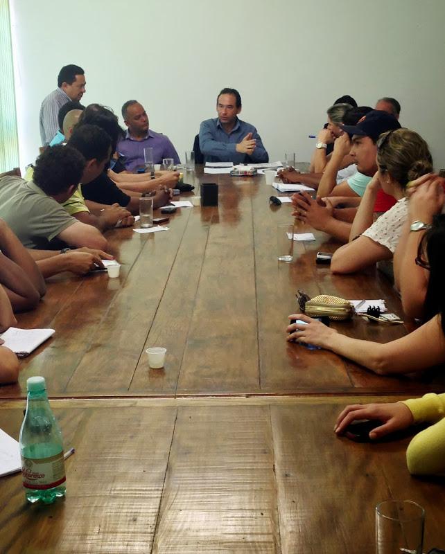 Prefeito Chico Brito e servidores municipais que estão em greve desde o atraso no pagamento, que devia acontecer no dia 30 de Agosto. (Foto: Divulgação / PMETEA)