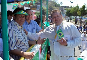 Prefeito Fernando Fernandes durante desfile cívico em Taboão da Serra