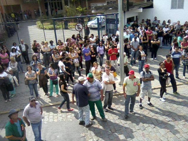 Servidores na porta da Prefeitura de Embu contra na manhã desta segunda (2). (Foto: Reprodução / Facebook José Afonso)