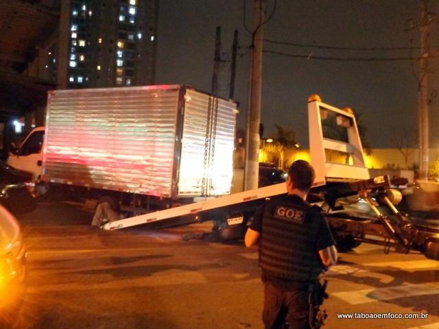 GOE apreende carga de laptops em estacionamento de Taboão da Serra.