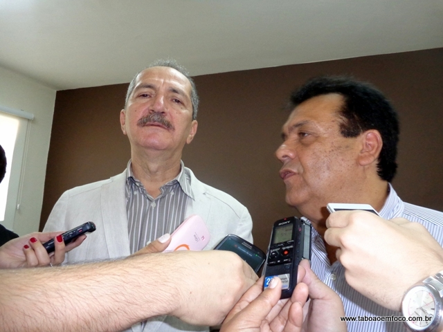 Aldo Rebelo e Fernando Fernandes durante coletiva de imprensa em 2013. O prefeito aguarda a liberação dos recursos para iniciar construção de centro esportivo.