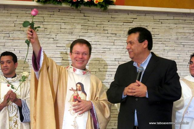 Monsenhor Aguinaldo e o prefeito Fernando Fernandes durante a missa.