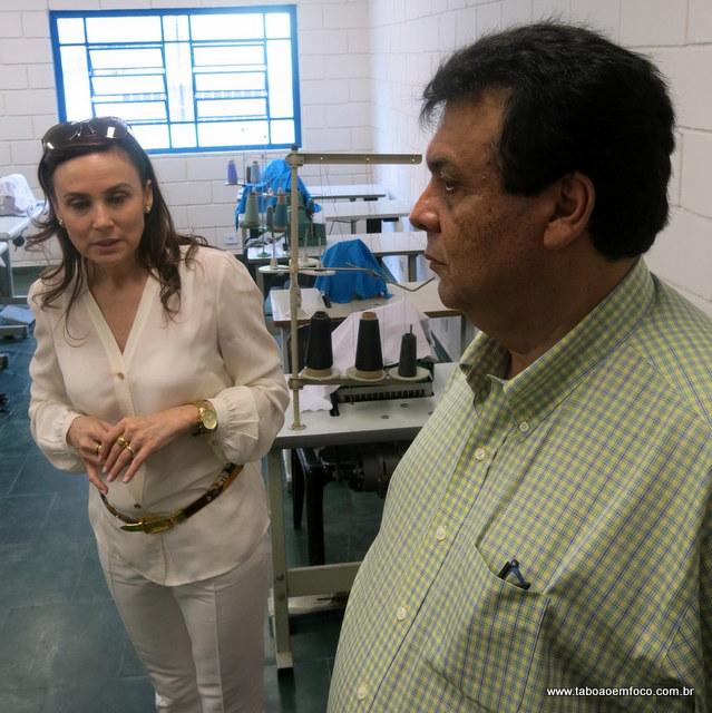 A deputada Analice explica como deve funcionar a escola da moda junto com o prefeito e marido Fernando