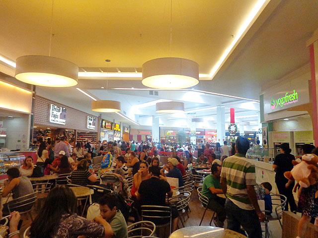 Praça de alimentação próximo do horário de começar o evento - Foto Wiliana Lscaleia