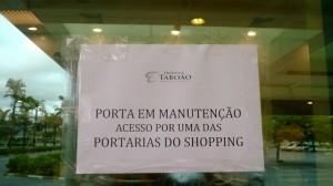 Comunicado colocado no início da manhã nas portas das lojas que dão acesso ao interior do shopping