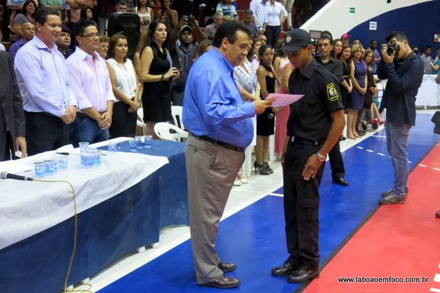 Prefeito Fernando Fernandes entrega diploma ao GCM que teve o melhor desempenho durante a formação.