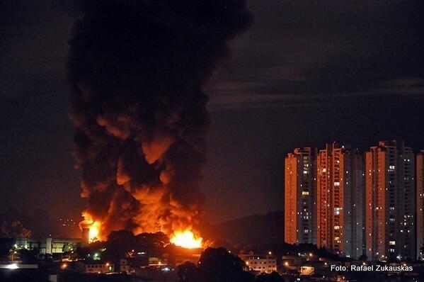 Fogo destruir parte da fábrica da empresa Cipolatti em Taboão da Serra. (Foto: @RafaelZuka)