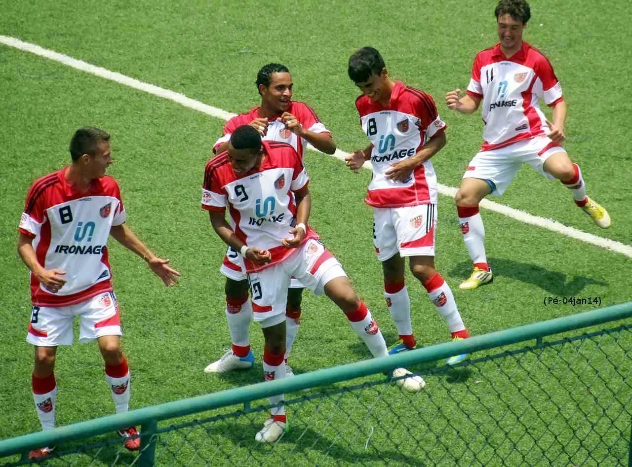 Jogadores do Taboão da Serra comemoram gol durante a Copa São Paulo.