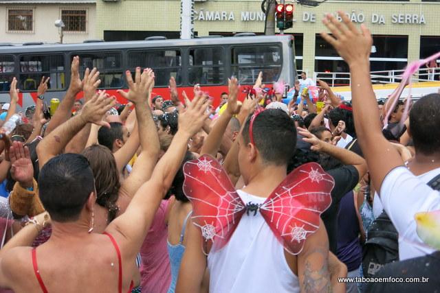Mais de mil foliões foram desfilar no bloco da Banda Espera Marido.