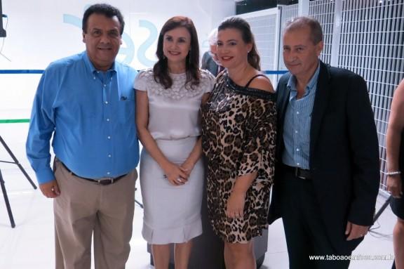 Prefeito Fernando Fernandes e a deputada Analice Fernandes celebram com Sandra Oliveira e Joel Garcia a inauguração de nova instituição de ensino.