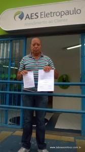 Indignado com as constantes interrupções no fornecimento de energia, morador do Jardim Monte Alegre realiza abaixo-assinado.