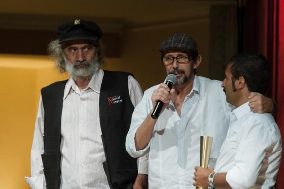 Ao lado de Will Damas, diretor Mario Pazini recebe prêmio em reconhecimento ao trabalho do Espaço Clariô em Taboão da Serra. (Foto: Divulgação / Secretaria de Estado da Cultura)