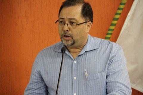 Ricardo Ribeiro, morador do Intercap, pede que vereadores convoquem a AES Eletropaulo para explicar as constantes interrupções de energia. (Foto: Divulgação / CMTS)