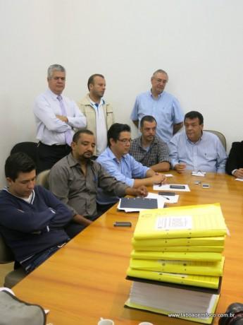 Ao lado de vereadores aliados, Fernandes rebate acusações contra a SPDM e garante que não há problemas no contrato com a prefeitura.