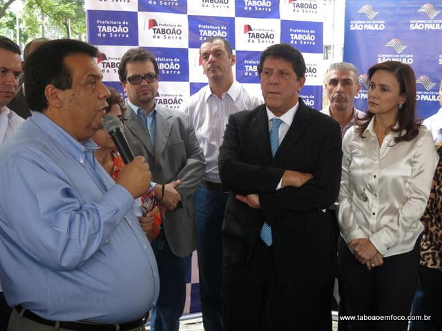Prefeito Fernando Fernandes agradece ao secretário estadual de saúde David Uip, ao lado da Analice Fernandes, pela carreta da mamografia