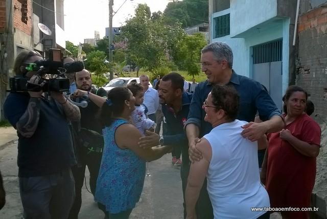 Pré-candidato ao Governo do Estado, Padilha visita moradores atingidos por enchentes do início do ano.