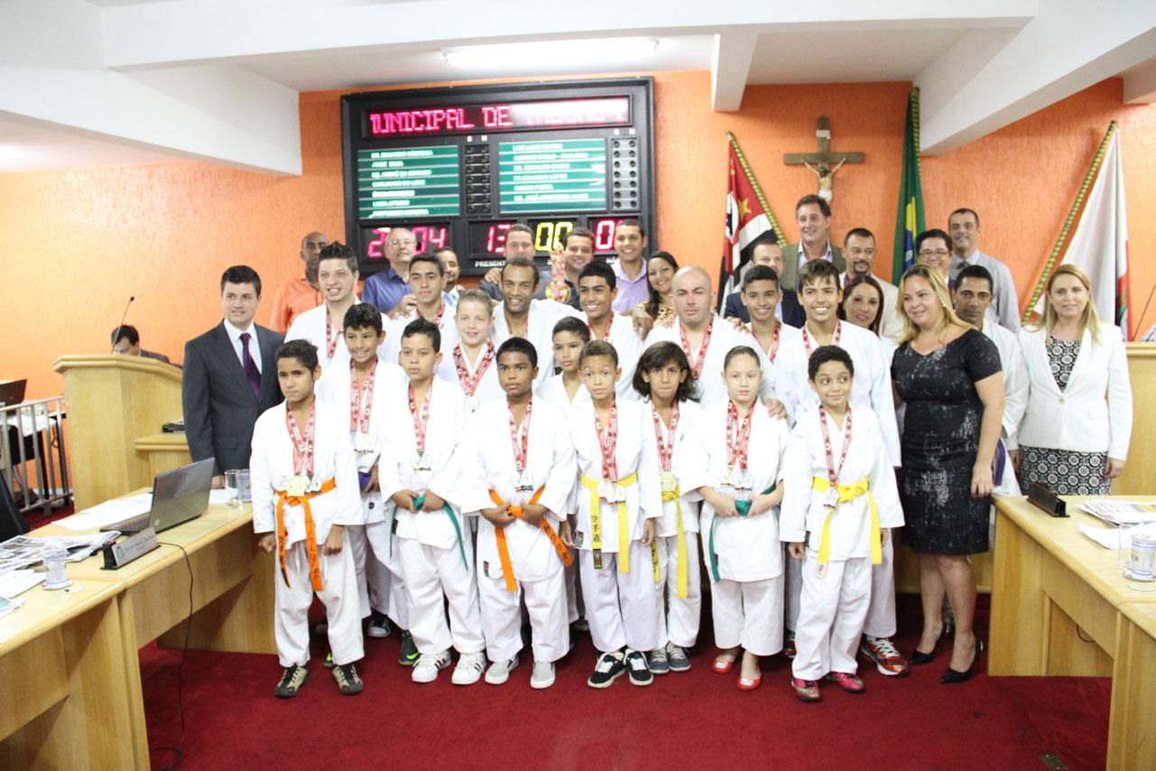 Caratecas de Taboão da Serra recebem homenagem na Câmara após conquistas em campeonato.