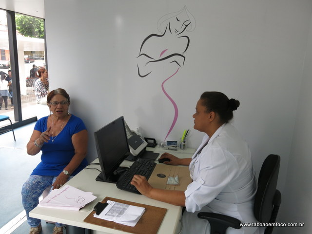 Marly Fretitas marca a consulta de mamografia na carreta da saúde.