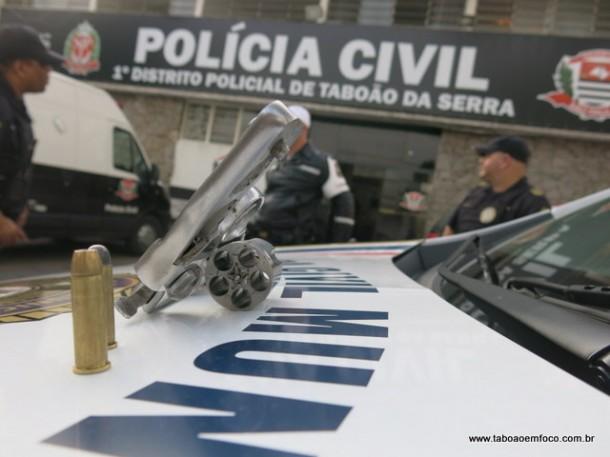 Uma arma foi apreendida com os dois homens presos pelo roubo.