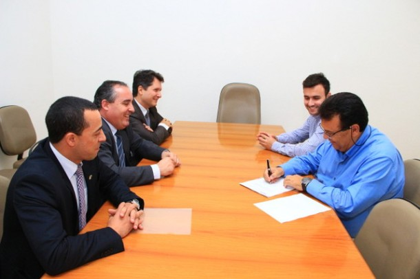 Ao lado do secretário de esportes, Fábio Fernandes, o prefeito Fernando Fernandes assina convênio com a Caixa para construção do Centro de Iniciação ao Esporte. (Foto: Divulgação / PMTS)