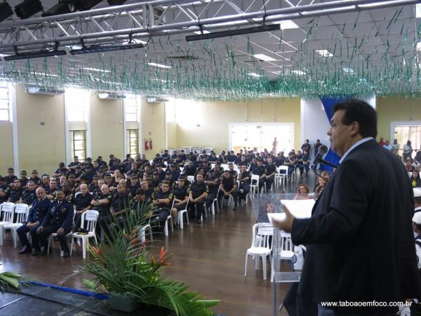 Prefeito Fernando Fernandes discursa em homenagem aos guardas municipais.