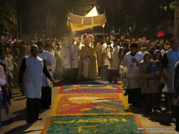 Procissão passa por cima dos tapetes de Corpus Christi em Taboão da Serra