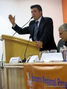Vereador Marcos Paulo discursa durante encontro do Pros em Taboão da Serra.