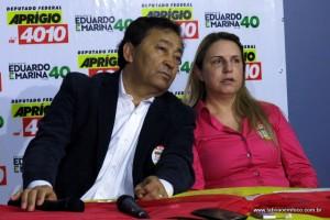 Ao lado da vereadora e esposa Luzia, Aprígio participa de coletiva de imprensa.