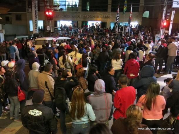 Militantes do MST ocupam a frente da Câmara de Taboão da Serra para acompanhar a votação que alterou o plano diretor.